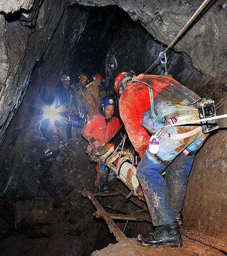 Manouvering a stretcher casualty across an underground obstacle